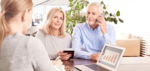 פגישה עסקית עם יועץ עסקי